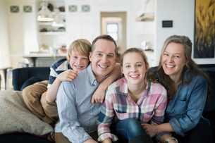 Portrait smiling family on living room sofaの写真素材 [FYI02282992]