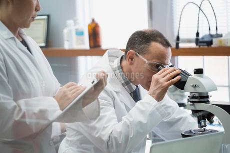 Medical scientists using microscope in laboratoryの写真素材 [FYI02283066]