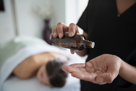Massage therapist applying oil to handの写真素材 [FYI02283119]