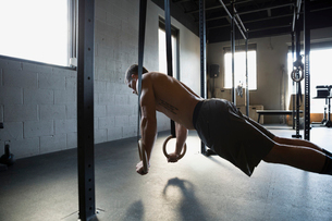 Man doing push-ups with gymnastic rings gymの写真素材 [FYI02283242]
