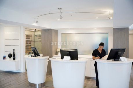 Nurse working at clinic reception deskの写真素材 [FYI02283335]