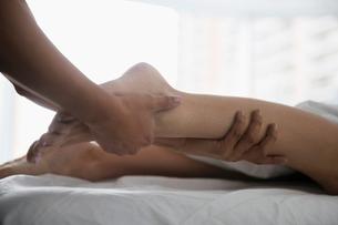Woman receiving leg massageの写真素材 [FYI02283379]