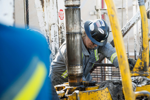 Male worker working drilling rig equipment gas plantの写真素材 [FYI02283411]