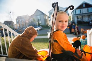 Portrait smiling girl in Halloween butterfly costumeの写真素材 [FYI02283414]