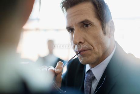 Close up attentive businessman listeningの写真素材 [FYI02283421]