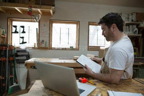 Carpenter brainstorming and sketching in workshopの写真素材 [FYI02283433]