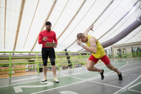 Trainer stopwatch timing runner starting block indoor trackの写真素材 [FYI02283469]