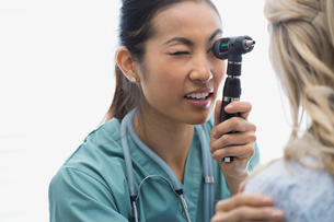Nurse checking patients eye with otoscopeの写真素材 [FYI02283470]