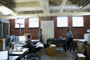 Entrepreneurs brainstorming in new officeの写真素材 [FYI02283589]