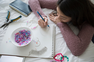Teenage girl sketching and making jewelryの写真素材 [FYI02283594]