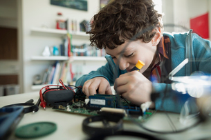 Focused boy assembling circuit boardの写真素材 [FYI02283630]