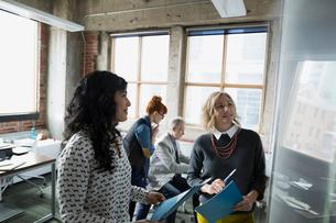 Businesswomen brainstorming in officeの写真素材 [FYI02283656]