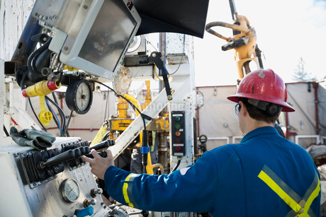 Male engineer operating drilling rig at control panelの写真素材 [FYI02283901]