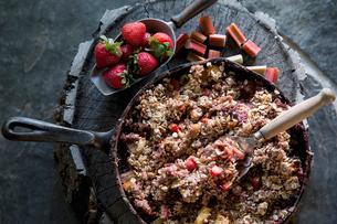 Still life fresh skillet strawberry granolaの写真素材 [FYI02283915]