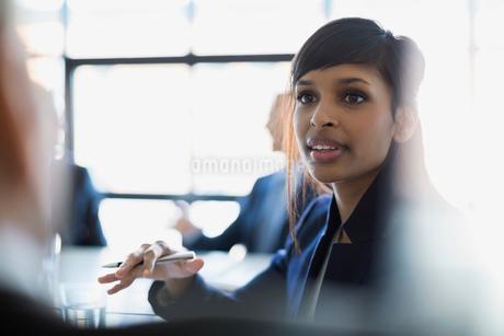 Attentive businesswoman listeningの写真素材 [FYI02284005]