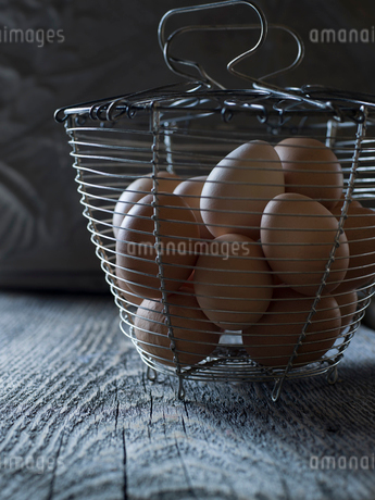 Fresh organic chicken eggs in wire basketの写真素材 [FYI02284007]