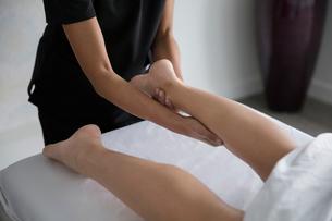 Woman receiving leg massageの写真素材 [FYI02284011]