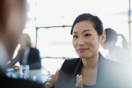 Close up attentive businesswoman listeningの写真素材 [FYI02284117]