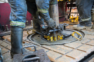 Male worker working drilling rig equipment gas plantの写真素材 [FYI02284259]