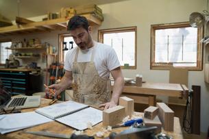 Carpenter brainstorming and sketching in workshopの写真素材 [FYI02284261]