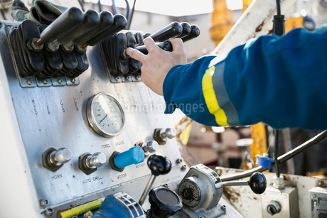 Male engineer operating drilling rig at control panelの写真素材 [FYI02284626]
