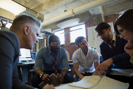 Entrepreneurs brainstorming in officeの写真素材 [FYI02284664]