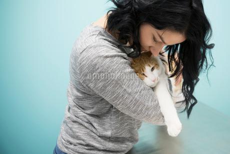 Pet owner hugging catの写真素材 [FYI02284757]