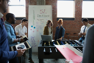 Entrepreneurs brainstorming in officeの写真素材 [FYI02284812]