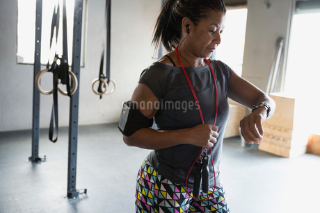 Woman checking smart watch at gymの写真素材 [FYI02284857]