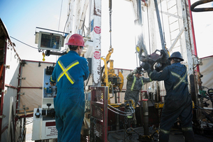 Male workers working drilling rig equipment gas plantの写真素材 [FYI02284882]