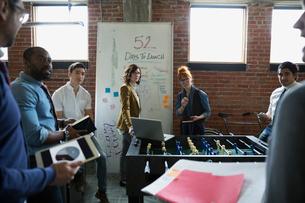 Entrepreneurs brainstorming in officeの写真素材 [FYI02284924]