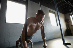 Man doing push-ups with gymnastic rings gymの写真素材 [FYI02285027]