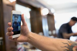 Close up man taking selfie in barber shopの写真素材 [FYI02285076]