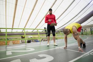 Trainer stopwatch timing runner starting block indoor trackの写真素材 [FYI02285104]