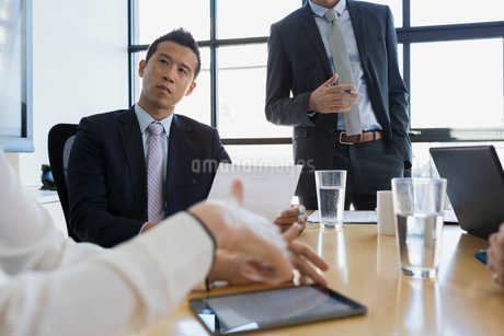 Attentive businessman with paperwork listening conference room meetingの写真素材 [FYI02285148]