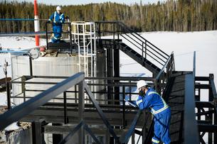 Engineers on platform above gas plantの写真素材 [FYI02285153]