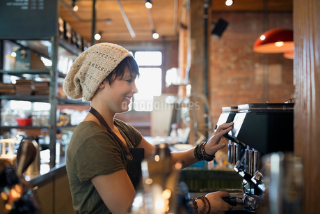 Barista using espresso machine in coffee shopの写真素材 [FYI02285154]