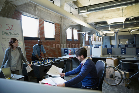 Entrepreneurs brainstorming in new officeの写真素材 [FYI02285167]