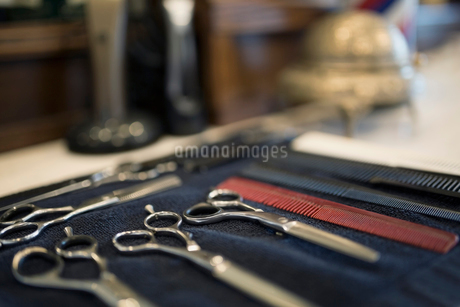 Barber scissors, combs and tools ready on towelの写真素材 [FYI02285204]