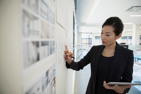 Architect with digital tablet brainstorming in officeの写真素材 [FYI02285226]