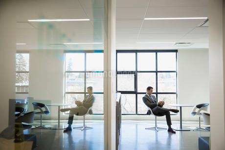 Businessman using digital tablet in office loungeの写真素材 [FYI02285297]