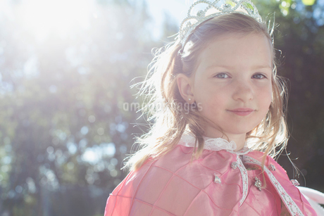 Portrait of young girl dressed up as a princess.の写真素材 [FYI02285581]