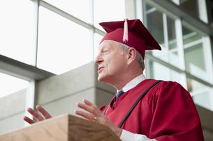 dean giving speech at graduationの写真素材 [FYI02285594]