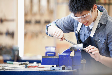 asian, middle school student in machine shop classの写真素材 [FYI02285595]