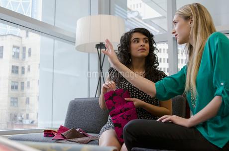 design consultant with clientの写真素材 [FYI02285607]