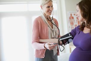 pregnant woman having medical examinationの写真素材 [FYI02285692]