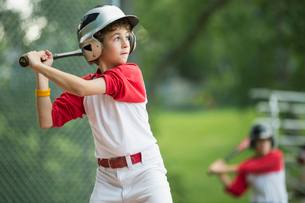 12 year old male batter waiting for pitchの写真素材 [FYI02285737]