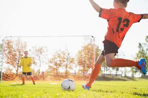 female soccer player moving ball towards netの写真素材 [FYI02285765]