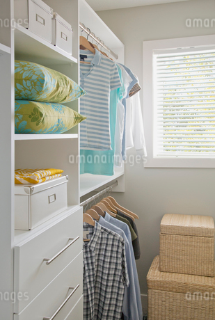 Well organized walk-in closet.の写真素材 [FYI02285813]