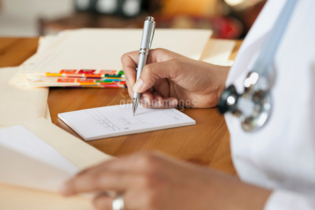 doctor writing out prescriptionの写真素材 [FYI02285823]